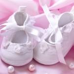 Babysko på lyserød baggrund - pige - barnedåb