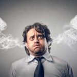 Stress - mand i skjorte og slips er ved at brænde samme og røg kommer ud af ørerne