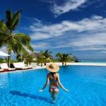 Kvinde i pool på sydhavsø