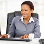 Kvinde ved computer med tekst
