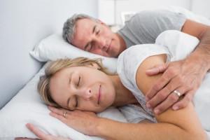Sovende ægtepar i seng
